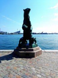 Eisbären Skulptur am Hafen